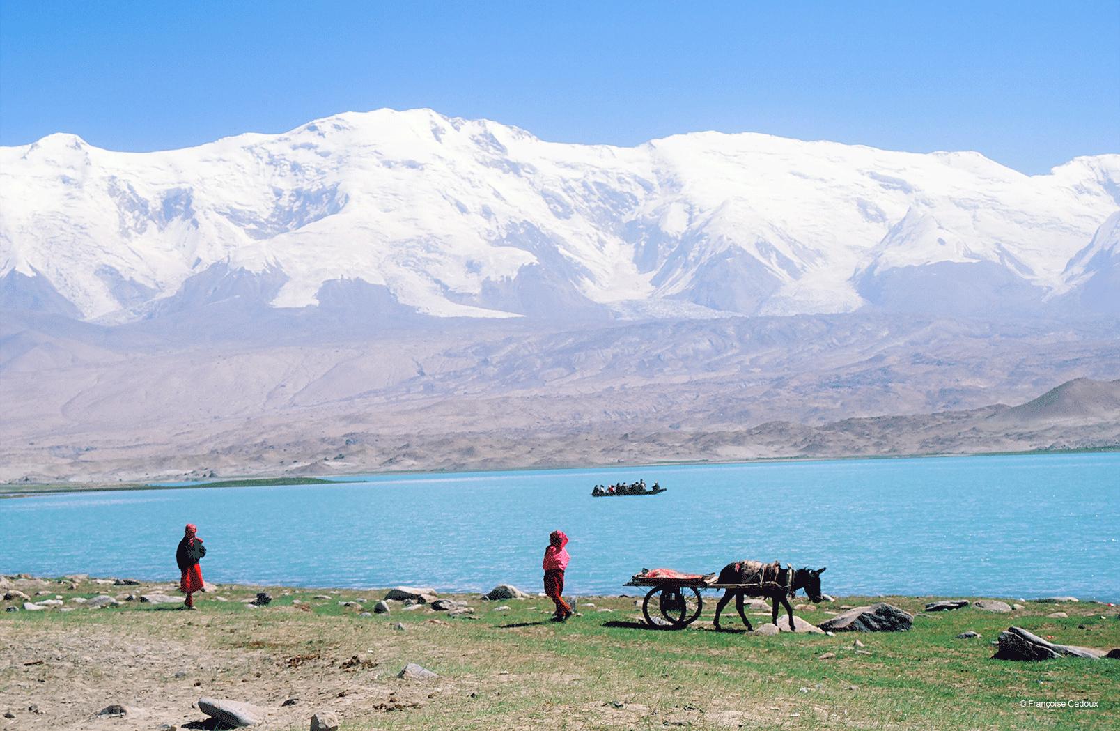 Le Kongur, vu du lac Karakol avec des Kirghizes
